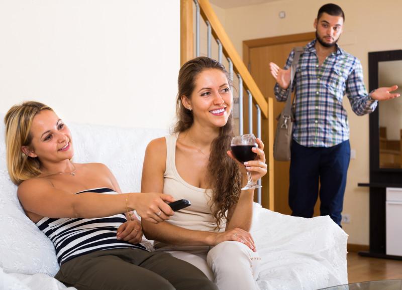 Русская брюнетка предложила жениху секс втроём и пригласила лучшую подругу
