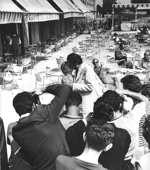 Федерико и Джульетта позируют фотографам в кафе на острове Лидо, 1955