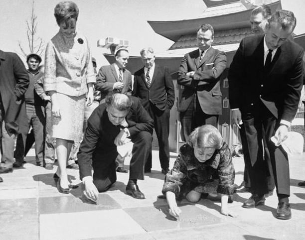 Федерико и Джульетта подписывают именные таблички на Всемирной выставке в Нью-Йорке, 1964