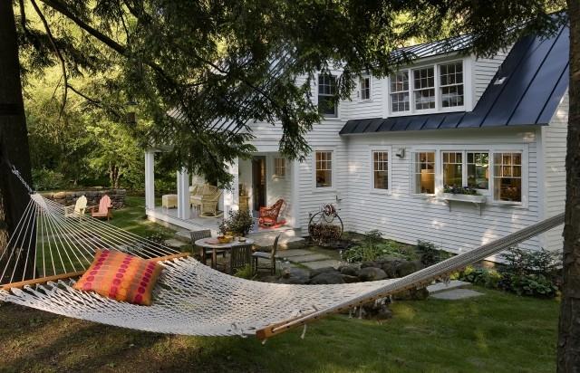 hanging-hammock-backyard