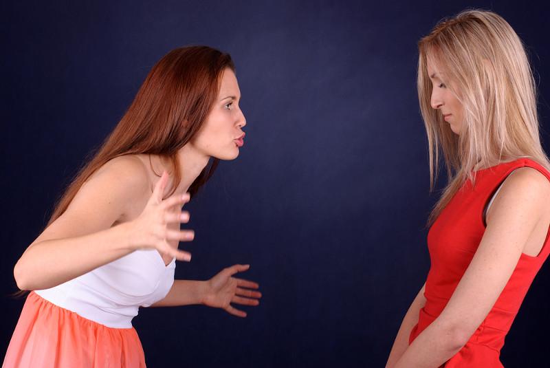 Сестры решили показать друг другу тела видео