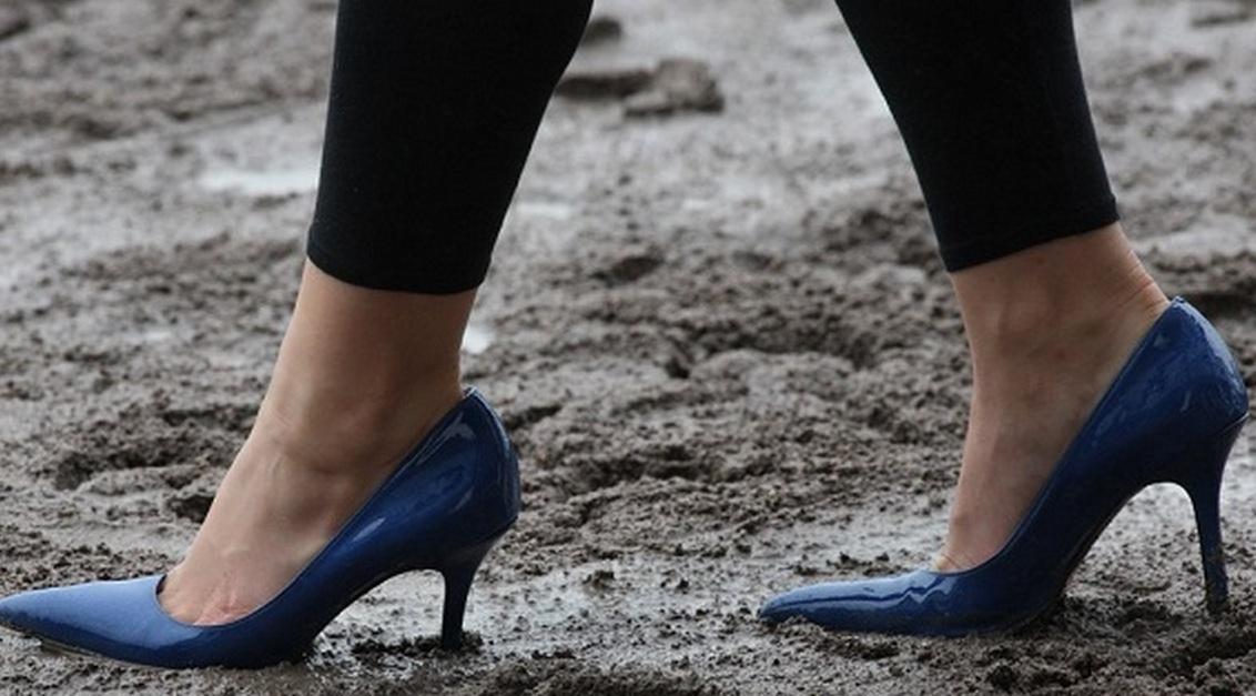 Как быстро почистить грязную обувь