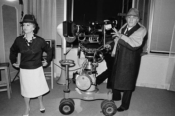 На съемках фильма «Джинджер и Фред». Федерико устанавливает камеру, Джульетта репетирует сцену, 1985