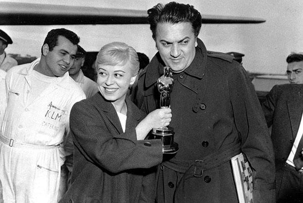 В римском аэропорту с Оскаром за лучший иностранный фильм (Фильм «Дорога»), 1957